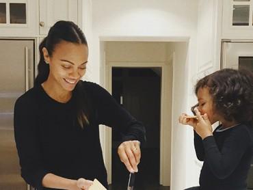 Nyam! Lahapnya si kecil menyantap makanan yang dibuat Bunda Zoe. (Foto: Instagram/zoesaldana)