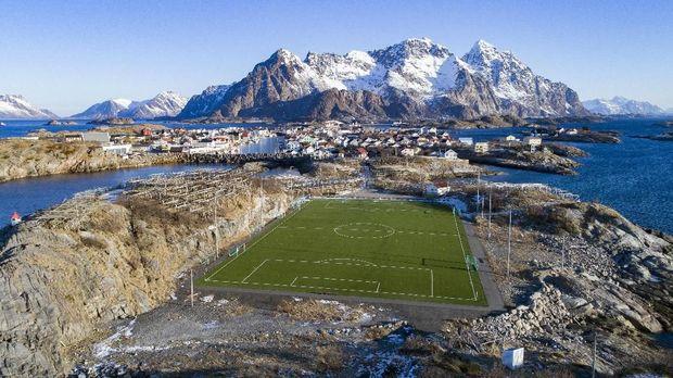 Stadion Lofoten berada di kepulauan karang terpencil di Norwegia. (