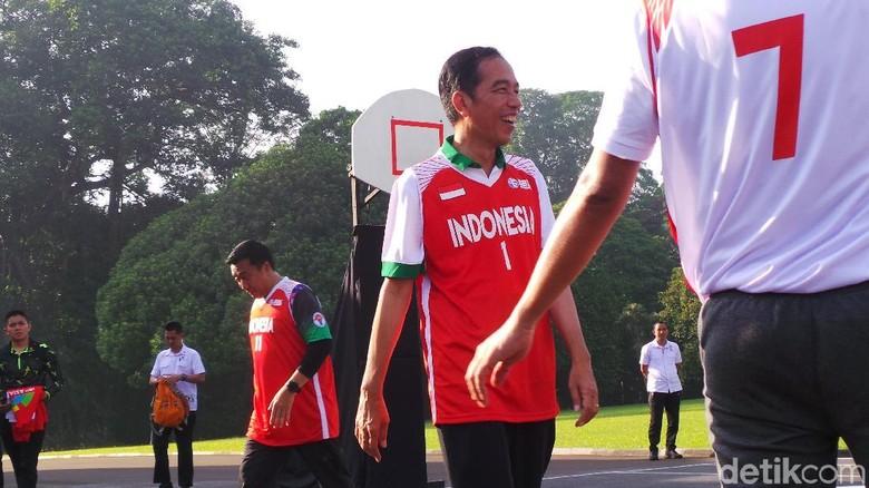Sabtu Sehat, Jokowi Main Basket Bareng Menpora dan Atlet Muda