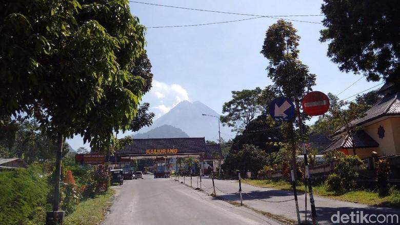 Warga Dilarang Beraktivitas di Radius 2 Km dari Puncak Merapi