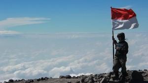 Ladies, Ini 8 Tips Mendaki Puncak Mahameru