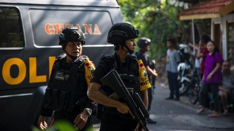 Foto: Polisi berjaga di lokasi ledakan bom Surabaya (AFP Photo/JUNI KRISWANTO)