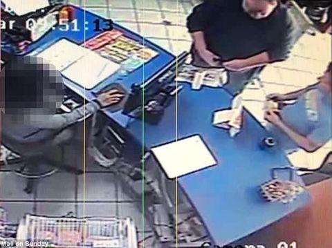 Rekaman kamera pemantau memperlihatkan Thomas dan Jeff di warnet.