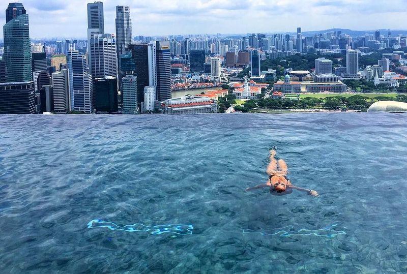 Gadis kelahiran 1994 ini juga menyempatkan berenang di Infinity Pool Marina Bay Sands. Di Instagram, followers Carina sudah 539 ribu orang. (Instagram/Carina Linn)