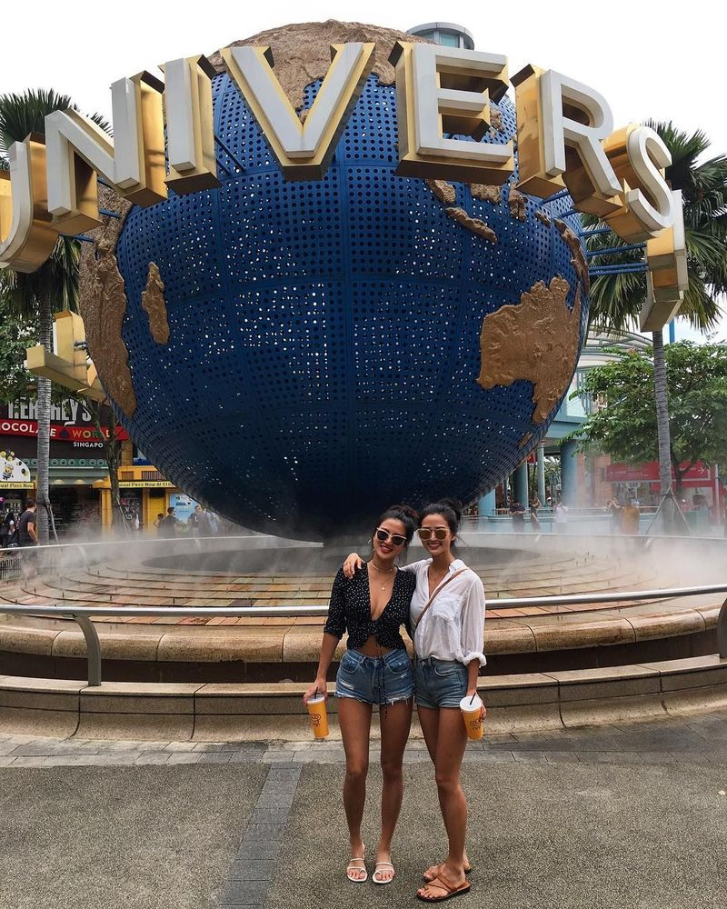 Di waktu senggang, Carina memang kerap memamerkan dirinya sedang liburan. Seperi saat berkunjung ke Universal Studios Singapore bersama temannya. (Instagram/Carina Linn)
