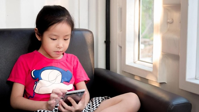 Iustrasi seorang anak main gadget yang akhirnya mengakibatkan mata minus. Foto: Thinkstock