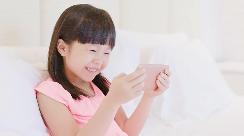 Ilustrasi anak nonton video di gadget/ Foto: Thinkstock