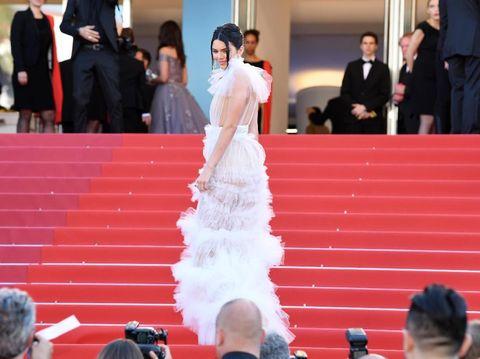 Kendalll Jenner berpose di karpet merah Cannes.