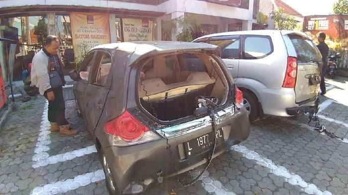 Mobil yang terkena bom di Surabaya (deni/detikcom)