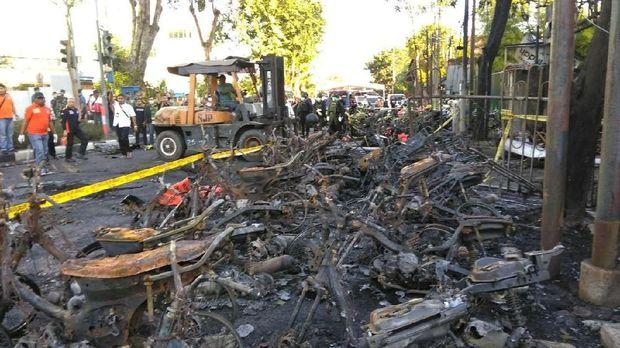 Bom meledak di Surabaya membuat kendaraan hangus/