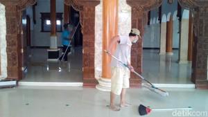 Aksi Belasan Orang Bersihkan Masjid Gratis di Kudus Jelang Ramadan