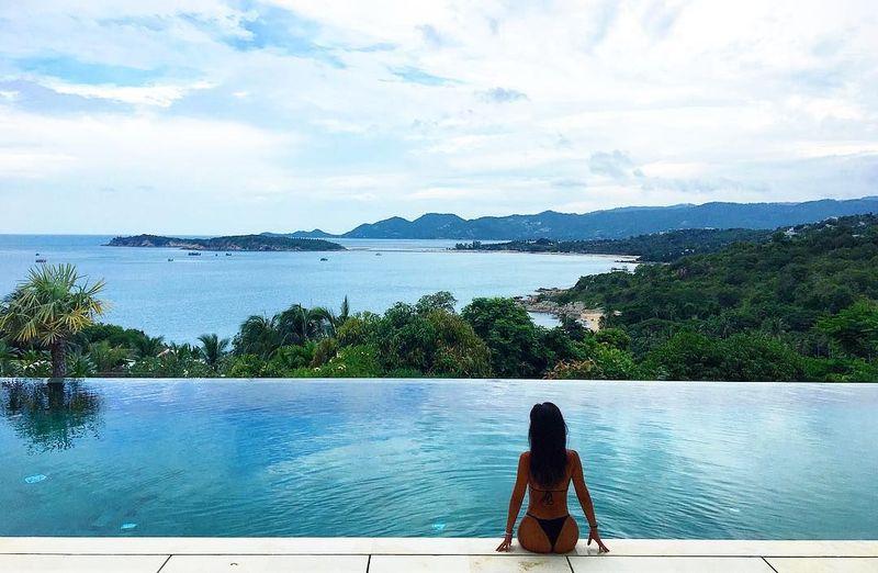 Di Koh Samui, Carina menginap di Samujana Villa yang juga punya Infinity Pool. Cantik juga ya pemandangannya! (Instagram/Carina Linn)
