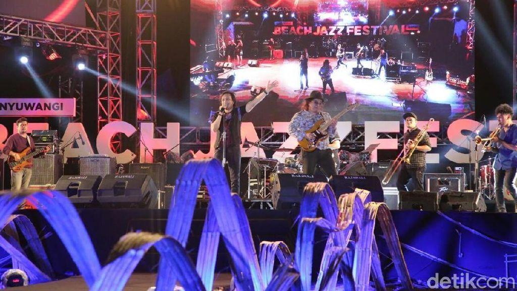 Hentakan Musik Kla Project Bius Penonton Jazz Pantai Banyuwangi