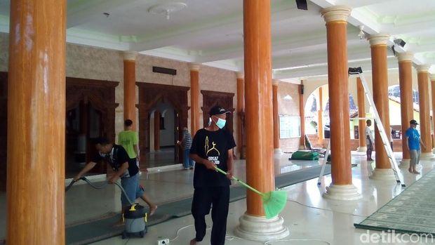 Aksi komunitas Resik-resik Masjid di Kudus.