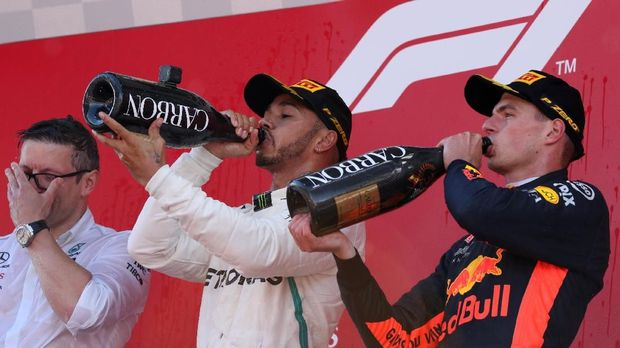 Lewis Hamilton merayakan kemenangan di podium GP Spanyol bersama Max Verstappen.