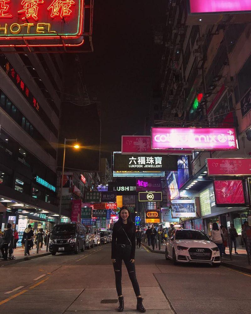 Tak semuanya foto liburan Carina terbuka, ada juga fotonya saat jalan-jalan di Hong Kong yang tertutup. Bagi Carina, foto-fotonya adalah media berekspresi, bukan cara untuk terkenal atau mencari sensasi. (Instagram/Carina Linn)