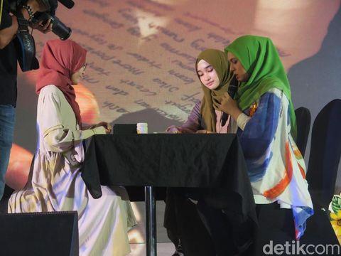 Mia Puspa memamerkan bakat hipnoterapi saat audisi Sunsilk Hijab Hunt 2018 di Bandung.