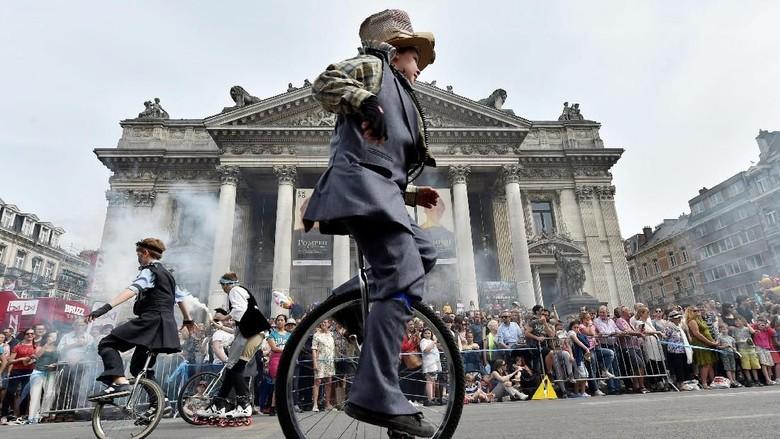 Parade Zinneke diselenggarakan meriah di Brussel, Belgia.  Diselenggarakan tiap tahun, festival ini mengusung konsep kebudayaan rakyat khas Belgia. Eric Vidal/Reuters.