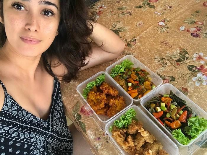Jarang terlihat di layar kaca, rupanya Alexandra kini lebih sibuk menjalani perannya sebagai seorang ibu yang hobi masak. Foto: Instagram @got_alex