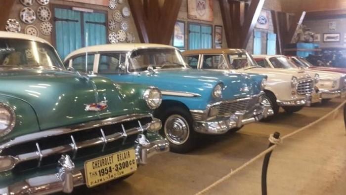 Koleksi mobil antik di Museum Angkut