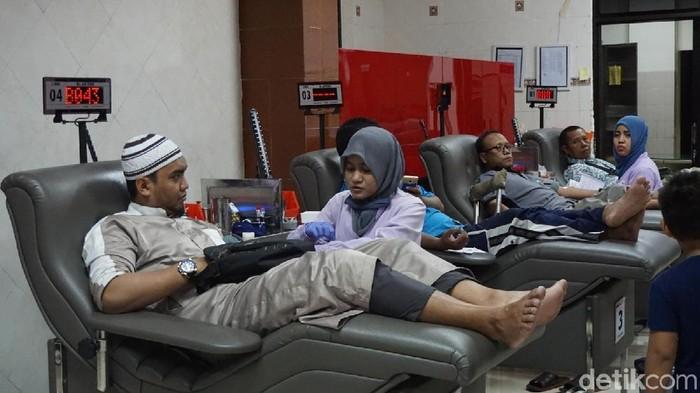 Foto: Warga Surabaya donor darah di PMI ( Ongq-detik)