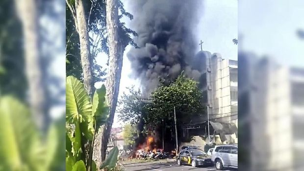 Ledakan terjadi di tiga gereja di Surabaya pada Minggu (14/5) menewaskan setidaknya 10 orang.