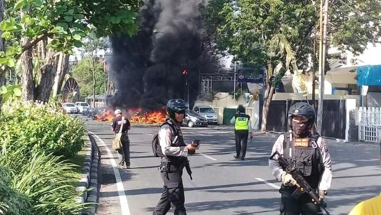 Foto: Polisi mengamankan lokasi bom Surabaya (Istimewa)