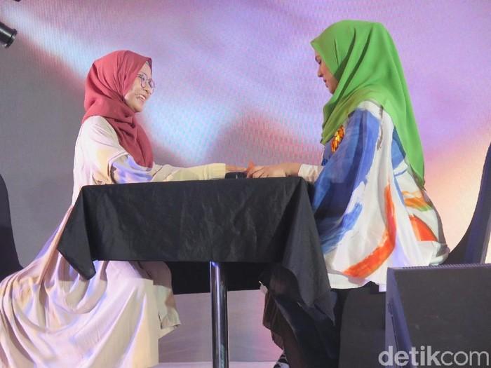 Peserta Sunsilk Hijab Hunt 2018 Bandung pamer bakat hipnoterapi. (Foto: Hestianingsih/Wolipop)