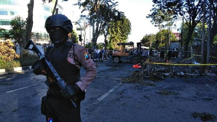 Polisi amankan TKP Bom Surabaya (deni/detikcom)