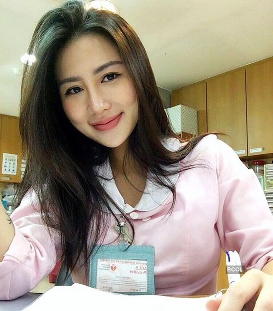 Inilah Carina Linn (23), gadis cantik yang berprofesi sebagai seorang perawat/suster di Taiwan. Carina viral di media sosial karena pose-posenya yang kelewat seksi saat sedang tidak bertugas. (Instagram/Carina Linn)