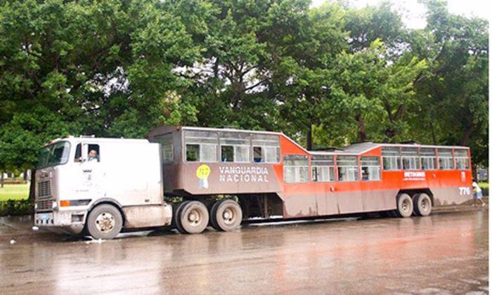 Camel Bus, Kuba, ini merupakan truk yang menarik muatan penumpang. Tapi trailer yang menampung penumpang di belakangnya berbentuk miring, seolah patah. Istimewa/wanderlist.co.uk