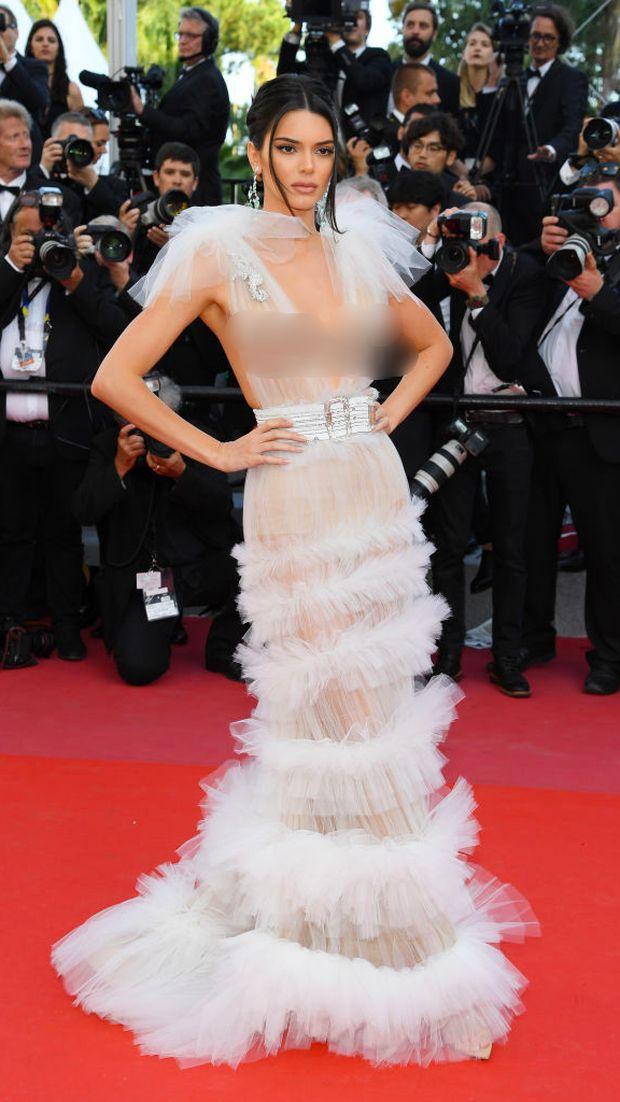 Lagi, Kendall Jenner Bergaun Menerawang Tanpa Bra di Cannes