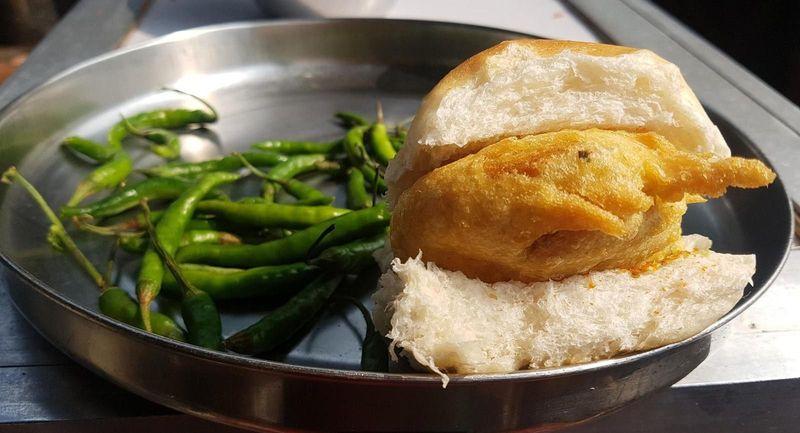 Nama kulinernya adalah vada pav. Setiap warga Mumbai, mulai dari buruh pabrik sampai bintang Bollywood sangat menyukai kudapan ini (BBC Travel)