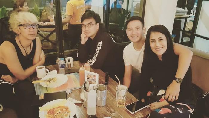 Begini gaya Aming kalau sedang berkumpul dengan teman-temannya di kafe. Makan apa ya itu? Foto: Instagram @amingisback