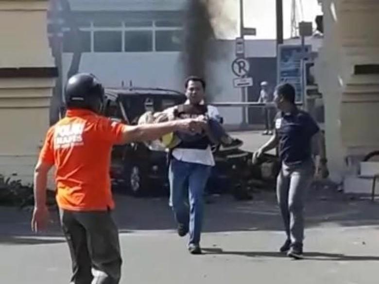 Polisi Bopong Bocah Perempuan dari TKP Bom Polrestabes Surabaya
