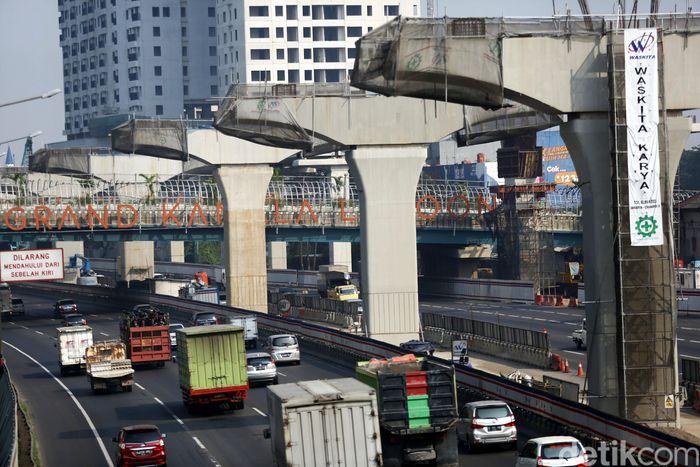 Tiang-tiang beton yang bakal jadi penopang jalan tol layang Jakarta-Cikampek sudah mulai berdiri.