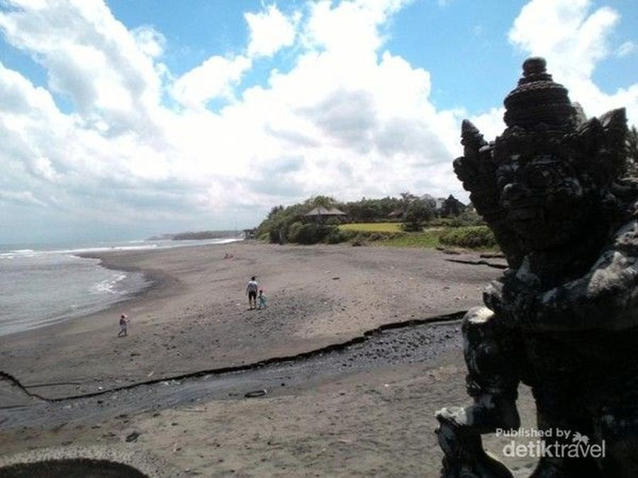 Bali punya Pantai Mengening yang berpasir hitam di Desa Cemangi, Kecamatan Mengwi, Kabupaten Badung. Pantai ini dikelilingi batu besar dengan Pura Gede Luhur Batungaus yang menghadap ke laut selatan. (Ekaning Benawi/dTraveler)