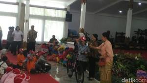 Saat Iriana Jokowi Bagi-bagi Hadiah untuk Ratusan Anak di Yogya