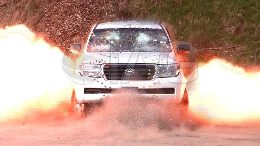 Meski Diledakkan Bom, Naik Mobil Ini Dijamin Aman