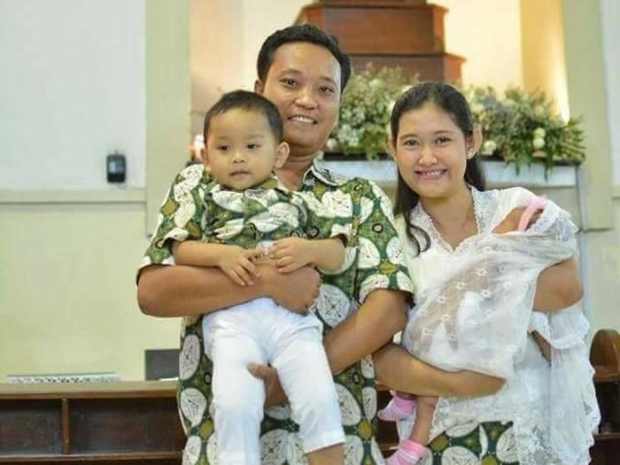 Bayu, korban bom Gereja SMTB bersama istri dan anaknya.Foto: Facebook