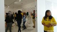 The Obliteration Room adalah salah satu karya seni instalasi yang atraktif dan menarik perhatian pengunjung. Sebanyak 25 orang diberi waktu 2 menit untuk menempel stiker dan mendalami sensasi oblirated ala Yayoi Kusama. Foto: Tia Agnes/ detikHOT
