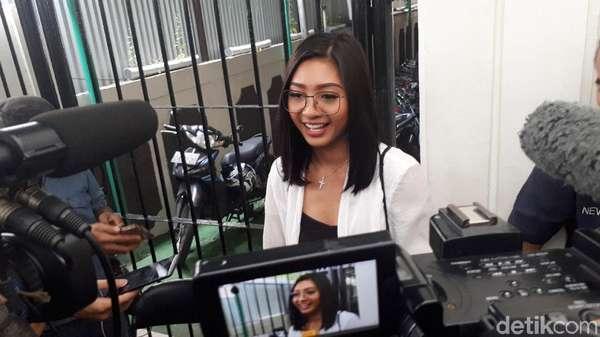 Senyum Liza Elly di Sidang Cerainya dengan Nicky Tirta