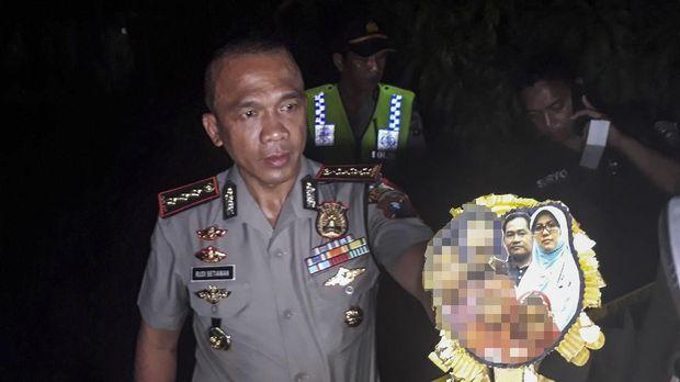 Kapolrestabes Surabaya Kombes Pol Rudi Setiawan menunjukkan foto keluarga Dita Upriyanto yang disebut sebagai pelaku bom Surabaya, Minggu (13/5).