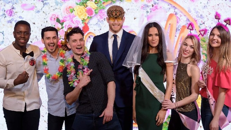 Traveler berfoto bersama patung Pangeran Harry dan Meghan Markle di Madame Tussauds London (Madame Tussauds London)