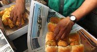 Vada pav dibungkus dengan koran (BBC Travel)