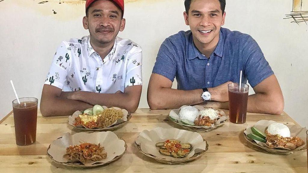 8 Foto Ini Buktikan Kompaknya Momen Makan Jonathan Frizzy dan Keluarga