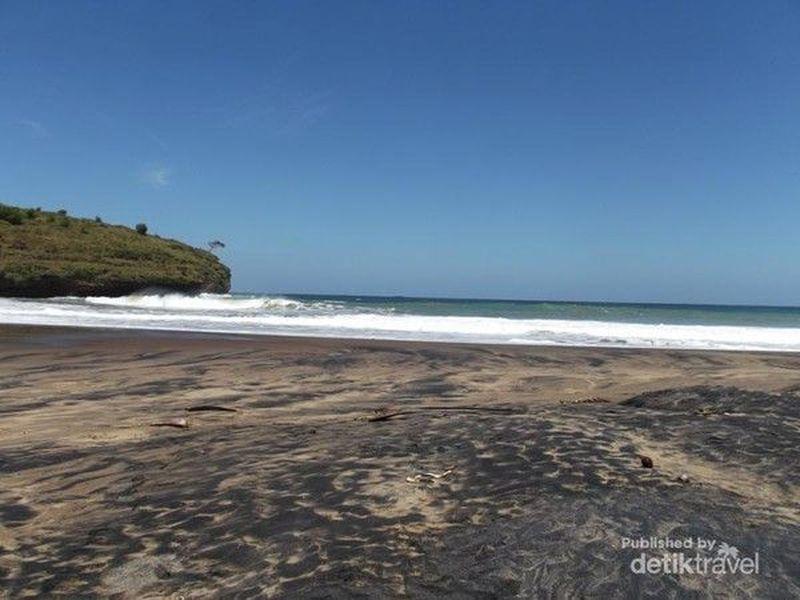 Pantai Ngiriboyo di Pacitan juga menjadi pantai favorit wisatawan. Berpasir hitam dengan pemandangan hijau di sekitarnya, patut dikunjungi saat liburan ke Pacitan. (Anton Tri Sutrisno/dTraveler)