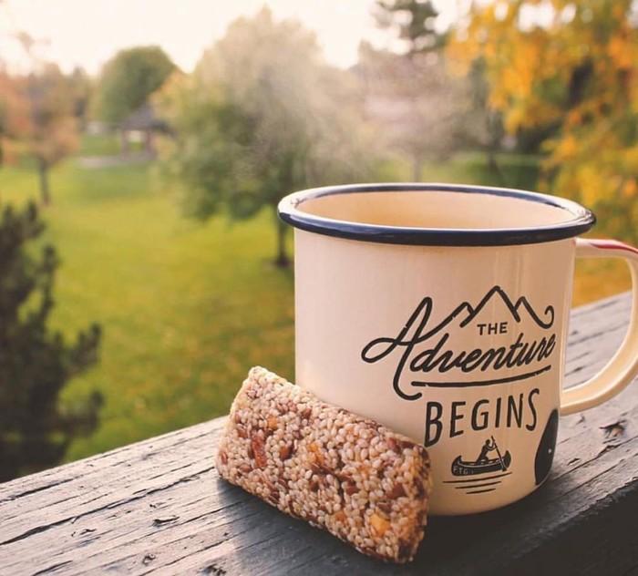 Kopi dan granola bar, paduan yang pas buat memulai pagi. Apalagi dengan pemandangan kebun yang sejuk. Foto: nstagram @bumblebar