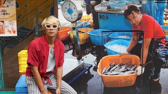 Sedang ada di Jepang, dengan gaya khasnya Aming pun berfoto dengan penjual ikan. Terlihat ikannya segar-segar, Aming berada di Haya Namba, Dotonbori. Foto: Instagram @amingisback