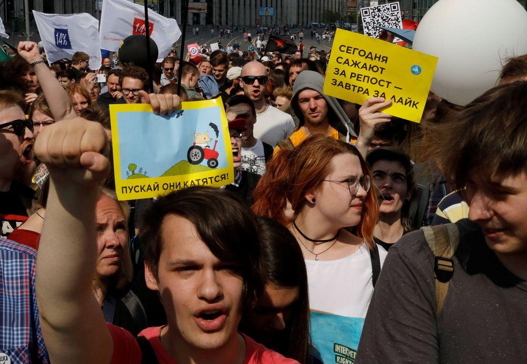 Ratusan orang berkumpul dan menuntut pemerintah Rusia untuk membatalkan pemblokiran Telegram yang telah diblokir sejak bulan lalu. (Foto: Reuters/Tatyana Makeyeva)